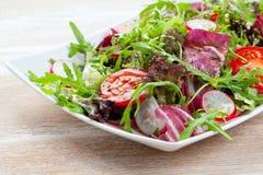 Salat vert dans une cuvette sur le bureau Tomate, fromage et salade photos libres de droits