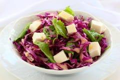 Salat vom Rotkohl. Stockfoto