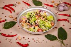 Salat von Acajounüssen und Kopfsalat Stockbild