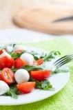 Salat von Arugula, von Kirschtomaten und von Mozzarella Stockfoto
