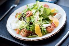Salat von den frischen Kräutern ist auf dem Tisch geschmackvoll Frischer Kohl, Tomaten stockbild