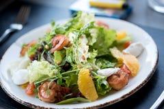 Salat von den frischen Kräutern ist auf dem Tisch geschmackvoll Frischer Kohl, Tomaten lizenzfreie stockfotos