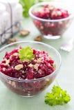 Salat von den Rote-Bete-Wurzeln und von den Walnüssen Lizenzfreie Stockbilder