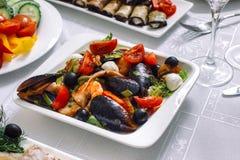 Salat von den Seereptilien mit Tomaten Stockfoto