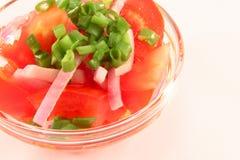 Salat von den Tomaten und von den Zwiebeln Stockfotos
