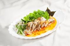 Salat von Frühlingsrollen mit Kräutern und Kopfsalat lizenzfreies stockfoto