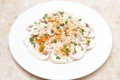 Salat von frischen Pilzen mit rotem Pfeffer, Olivenöl, Kräuter Lizenzfreies Stockbild