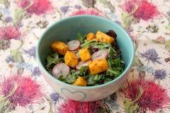 Salat von geschaukelt und Käse lizenzfreies stockbild