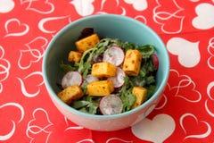 Salat von geschaukelt und Käse stockfotografie
