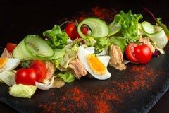 Salat von Hühnereien und von Tomate Stockbilder