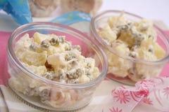 Salat von Kartoffeln und von Erbsen stockfotos