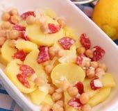 Salat von Kartoffeln und von Kichererbsen Lizenzfreie Stockbilder