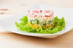 Salat von Krabbenstöcken auf hölzernem Countertop lizenzfreie stockfotografie