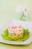 Salat von Krabbenstöcken und -mais lizenzfreie stockbilder