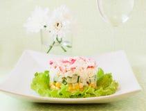 Salat von Krabbenstöcken und von in Büchsen konserviertem Mais Stockbild