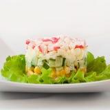 Salat von Krabbenstöcken und von Mais, Nahaufnahme stockfotos