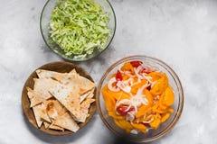 Salat von roten und gelben Tomaten mit Zwiebeln, Chips mit Paprika lizenzfreie stockbilder