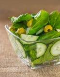Salat von Spinatsblättern mit Gurke Stockfotos