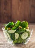 Salat von Spinatsblättern mit Gurke Stockfotografie