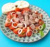 Salat von Tomaten mit der Leber Stockfoto