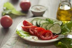 Salat von Tomaten, von Gurken, von Kopfsalat und von Zwiebel Stockbild