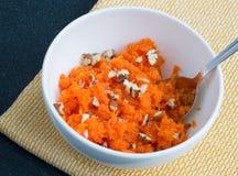Salat von zerriebenen Karotten und von Muttern Lizenzfreies Stockbild