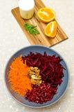 Salat von zerriebenen Karottengranat?pfeln und -waln?ssen der roten roten R?ben stockbild