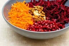 Salat von zerriebenen Karottengranat?pfeln und -waln?ssen der roten roten R?ben lizenzfreie stockfotografie