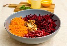 Salat von zerriebenen Karottengranat?pfeln und -waln?ssen der roten roten R?ben stockfotos