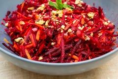 Salat von zerriebenen Karottengranat?pfeln und -waln?ssen der roten roten R?ben lizenzfreie stockfotos