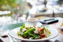 Salat zugebereitet auf Platte Stockfoto