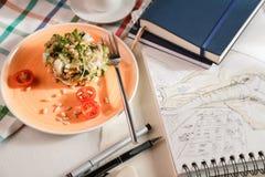 Salat zum Frühstück Stockfotografie