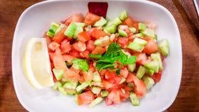 Salata de Coban de turc ou salade de bergers dans la cuvette blanche Images stock