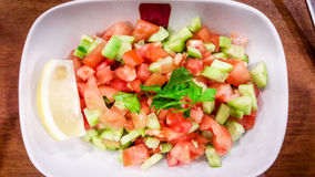 Salata de Coban del turco o ensalada de los pastores en el cuenco blanco Imagenes de archivo