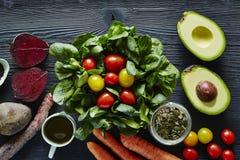 Salatavocado-Rote-Bete-Wurzeln Tomaten des gesunden Lebensmittels organische Lizenzfreie Stockbilder