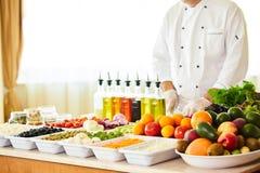 Salatbar mit Gemüse im Restaurant, gesundes Lebensmittel Lizenzfreie Stockfotografie