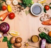 Salatbestandteile auf rustikalem hölzernem Hintergrund mit Kopienraum, r Stockbild