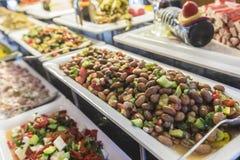 Salatbuffet mit einem Salat der frischen Bohne im Fokus stockbilder