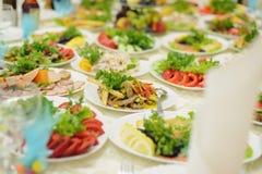 Salate auf Tabelle Lizenzfreie Stockfotos