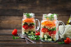 Salate mit Quinoa, Arugula, Rettich, Tomaten und Gurke stockbild