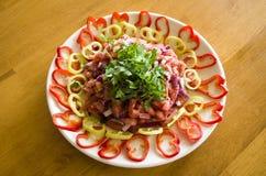Salate und Herz-förmige Pfeffer auf einem Holztisch stockbild