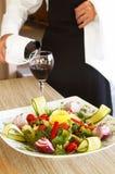 Salate und Wein Stockfoto