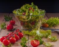 Salatgemüse zum Hintergrund von geplanten Brettern Lizenzfreie Stockfotografie