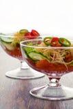 Salatgemüsegurke, -tomate, -käse und -granatapfel Stockfotos