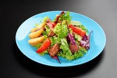 Salatkirschtomaten verlässt Grünhühnerbrust-Basilikum Konzept gesundes Mahlzeitschwarzhintergrund-Menürestaurant stockbilder