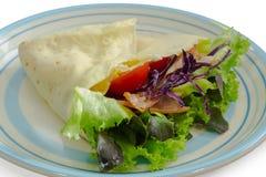 Salatkrepp mit Schinkenspeck und -gemüse auf Teller Lizenzfreies Stockbild