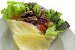 Salatkrepp mit Schinkenspeck und -gemüse auf Teller Stockbild