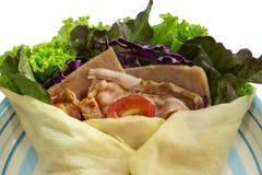 Salatkrepp mit Schinkenspeck und -gemüse auf Teller Stockfotos
