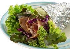 Salatkrepp mit Schinkenspeck und -gemüse auf Teller Lizenzfreie Stockbilder