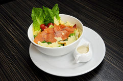 Salatlachse mit Käse Stockfotos